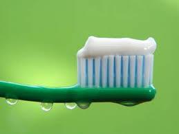 Cepillo de dientes verde con pasta