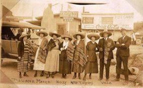 foto antigua de turistas americanos en tijuana